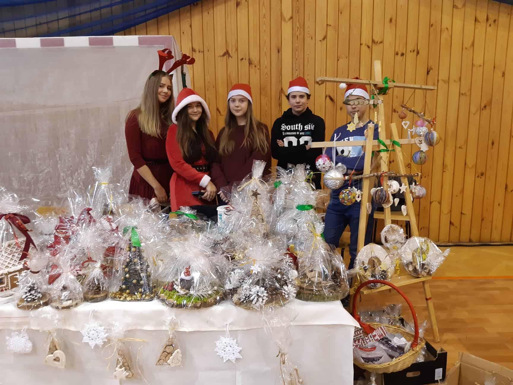 Wolontariusze że Szkoły Podstawowej w Koninie podczas Imprezy Bożonarodzeniowej